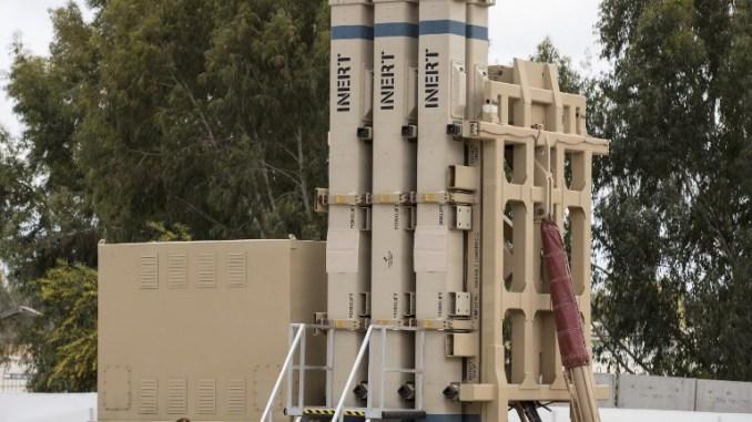 صورة التي تم التقاطها في 2 نيسان/أبريل 2017 تُظهر نظام الدفاع الإسرائيلي الصاروخي الإسرائيلي ديفيد سلينج خلال حفل لإعلان قدرته التشغيلية في قاعدة هتسور الجوية (AFP)