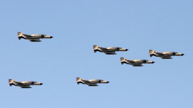 """طائرات حربية أميركية الصنع """"أف-4 فانتوم"""" تابعة للقوات الجوية الإيرانية خلال استعراض بمناسبة يوم الجيش في البلاد، في 18 نيسان/أبريل 2017 في طهران (AFP)"""