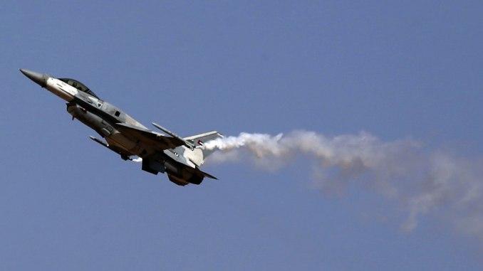"""طائرة مقاتلة من نوع """"أف-16"""" تابعة للقوات الجوية الإماراتية خلال عرض جوي لها ضمن فعاليات معرض دبي للطيران في 8 تشرين الثاني/نوفمبر 2015 (AFP)"""