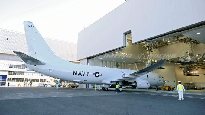 أول طائرة P-8A Poseidon مطلاة تتدحرج من حظيرة الطلاء في منشأة بوينغ في واشنطن، في نيسان /أبريل 2009، وتعرض شكلها الجديد في البحرية الأميركية (شركة بوينغ)