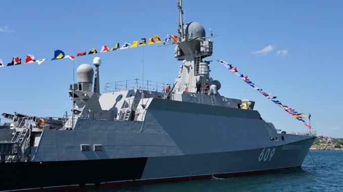 """""""فيشني فولوتشوك"""" الصغيرة المزودة بصواريخ """"كاليبر""""، أحدث سفينة صواريخ صغيرة في أسطول البحر الأسود. هي السفينة السادسة التي تم تصنيعها في إطار مشروع """"بويان-إم"""" (وكالة سبوتنيك)"""
