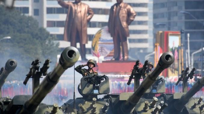 جنود الجيش الشعبي الكوري الشمالي يُلقون التحية أثناء جلوسهم في دبابات خلال استعراض عسكري ومسيرة حاشدة في ساحة كيم ايل سونغ في بيونغ يانغ يوم 9 أيلول/سبتمبر 2018 (AFP)