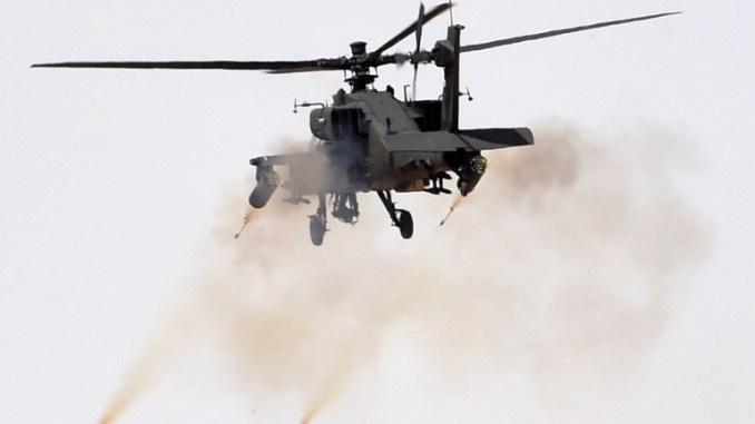 """صورة تم التقاطها في 10 آذار/مارس 2016 تُظهر مروحية أباتشي تُطلق النيران خلال مناورات """"رعد الشمال"""" العسكرية في حفر الباطن، على بعد 500 كيلومتر شمال شرق العاصمة السعودية الرياض (AFP)"""