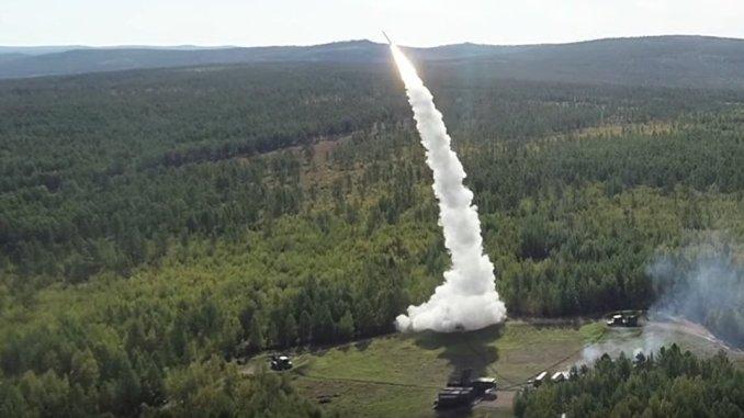 """عملية إطلاق صواريخ من نظامي """"أس-300"""" و""""بوك"""" الروسيين خلال مناورات """"الشرق-2018"""" (وكالة سبوتنيك)"""