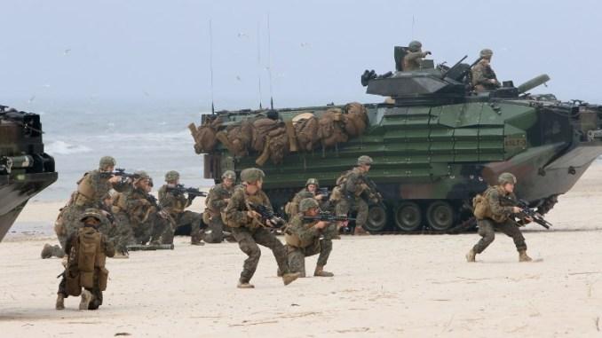 جنود أميركيون يشاركون في عمليات بحر البلطيق التمرين (BALTOPS)، وهي تدريبات عسكرية متعددة الجنسيات خاصة ببحرية حلف الناتو، في 4 حزيران/يونيو 2018 في نيميرسيتا على بحر البلطيق في ليتوانيا (AFP)