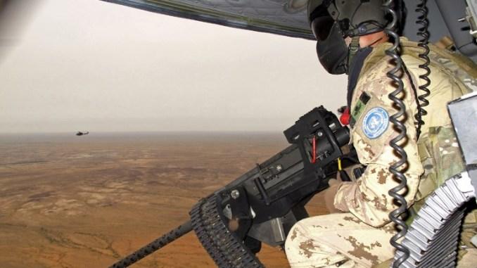 جندي كندي من بعثة الأمم المتحدة المتكاملة المتعددة الأبعاد لتحقيق الاستقرار في مالي خلال دوريات ضمن تمرين في غاو، مالي في 31 تموز/يوليو 2018 (AFP)