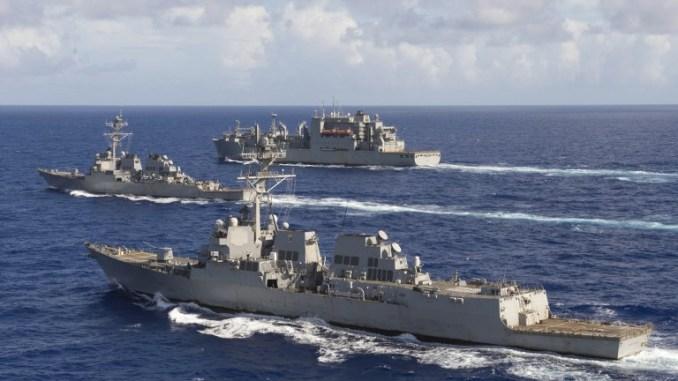 صورة تابعة للبحرية الأميركية التُقطت في 28 تشرين الأول/أكتوبر 2016 تُظهر مدمرتا USS Spruance، USS Decatur وأسطول نقل الزيت SNS Carl Brashearفي المحيط الهادئ بعد تمرين مشترك (AFP)