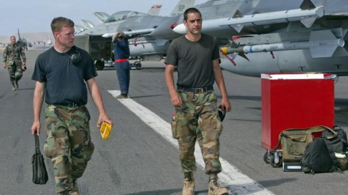 طياران يسيران على مدرج المطار على منديلو في أرخبيل غرب أفريقيا في 22 حزيران/يونيو 2006 خلال أول مناورة تابعة لمنظمة حلف شمال الأطلسي في أفريقيا (AFP)