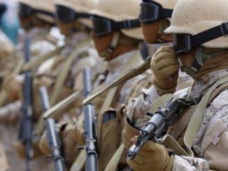 عناصر من القوات السعودية في حالة تأهب عند قاعدتها في مدينة عدن الساحلية جنوب اليمن 28 أيلول/سبتمبر 2015 (رويترز)