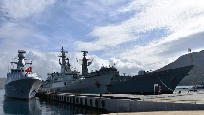 """لقطة لسفن حربية تركية خلال مناورات """"الحوت الأزرق 2018"""" القائمة في البحر المتوسط من 28 أيلول/سبتمبر الماضي حتى 7 تشرين الأول/أكتوبر الحالي (وكالة الأناضول)"""