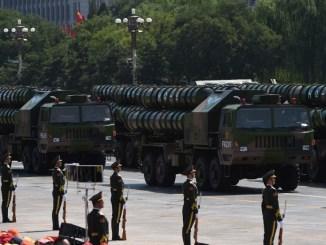 قاذفات صواريخ أرض-أرض تابعة لجيش التحرير الشعبي الصيني من طراز HQ-9 خلال استعراض عسكري في ميدان تيانانمين في بكين في 3 أيلول/سبتمبر 2015، بمناسبة الذكرى السبعين للانتصار على اليابان ونهاية الحرب العالمية الثانية (AFP)