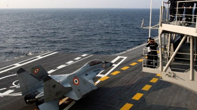 صورة نشرتها وزارة الدفاع الهندية في 9 يناير 2018، تظهر طائرة ميغ 29 أثناء المناورات العملية لسفن الأسطول الغربي، والتي أجرتها البحرية الهندية بحضور وزير الدفاع نيرمالا سيثارامان (AFP)