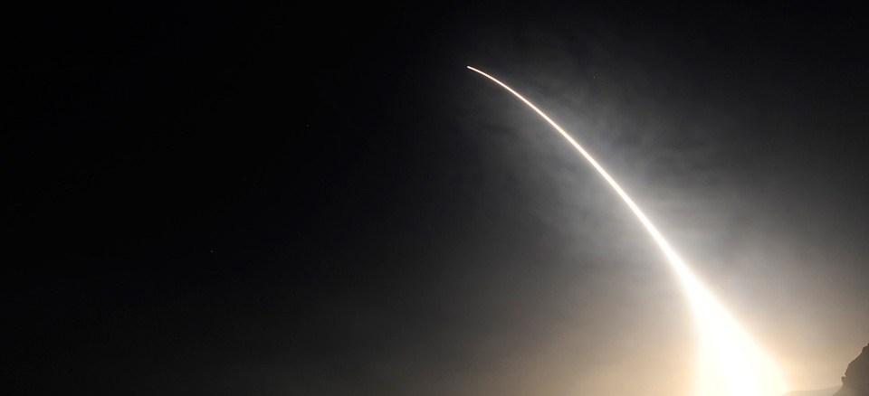الصاروخ البالستي الأميركي مينيتمان-3 الذي أطلقه الجيش الأميركي من قاعدة فاندنبرغ الجوية في ولاية كاليفورنيا لإصابة هدف محدد في المحيط الهادئ في 7 تشرين الثاني/نوفمبر 2018 (شركة بوينغ)