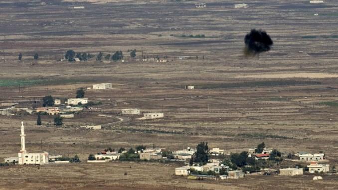 صورة مأخوذة من مرتفعات الجولان التي ضمتها إسرائيل تُظهر انفجار قذيفة في الهواء قرب قرية البريقة في 13 تشرين الثاني/نوفمبر 2012 (AFP)