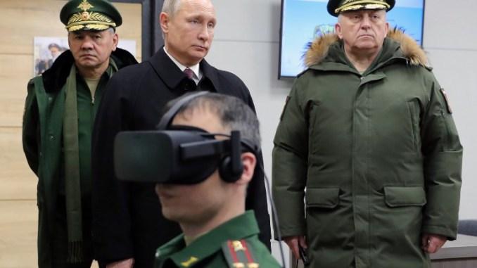 الرئيس الروسي فلاديمير بوتين، يرافقه وزير الدفاع سيرجي شويغو، يزوران أكاديمية بيتر للقوات الاستراتيجية للقوات الصاروخية في بالاشيخا خارج موسكو في 22 كانون الأول/ديسمبر 2017 (AFP)