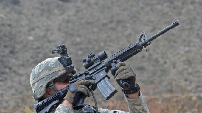 جندي أميركي يستخدم بندقيته (صورة أرشيفية)