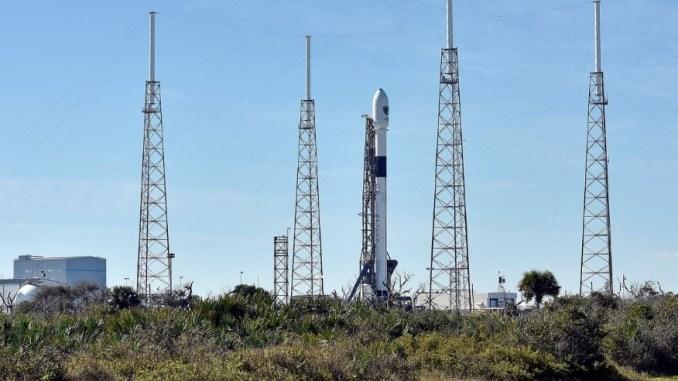 الصاروخ الذي يحمل القمر الإصطناعي المخصص لتحديد المواقع والذي يخص الجيش الأميركي (رويترز)
