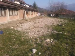 Grabljenje izkopanih in nasutih delov okolice igrišča_1