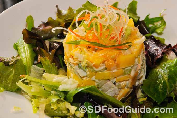 美食轩(Del Mar Rendezvous)的芒果沙律使用真正的蟹肉和新鲜的芒果