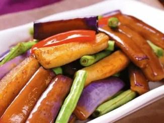 茄子切开后要立即下锅或者放入水中,不然茄子会被氧化成黑色