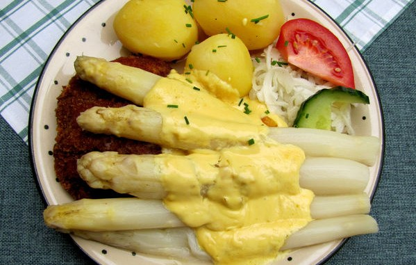 """德国人称芦笋为""""蔬菜中的国王""""。图为典型的德国芦笋餐。(pixelio.de)"""