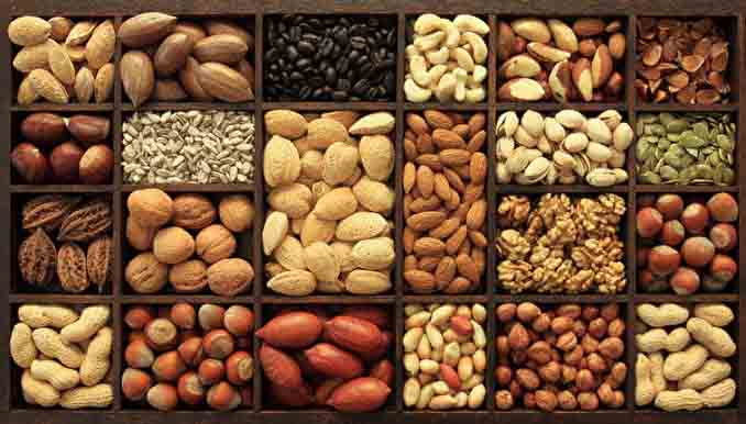 坚果虽含有健康的Omega-3脂肪酸,但其热量较高,每日不宜摄取过多,注意不要选择裹有糖或盐的坚果零食。(Fotolia)