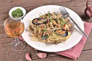 意大利面上桌前,要进行简单的摆盘。