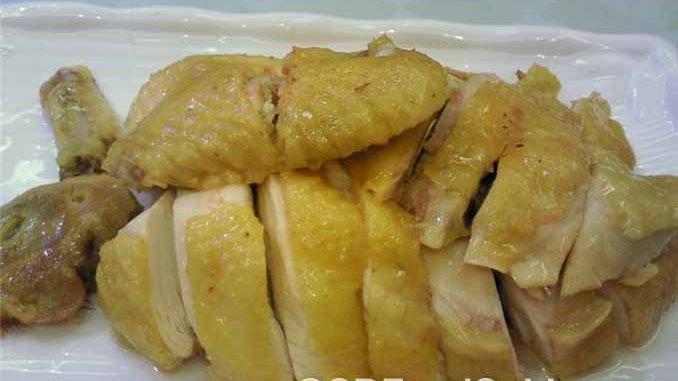 烹饪时加入鸡爪和鸡油,煮出更美味的白斩鸡(又称白切鸡)。(视频截图)