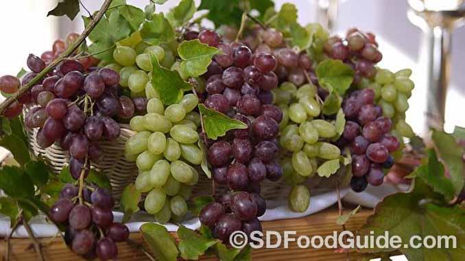 葡萄富含单宁酸、脂肪酸、维生素B群,具有抗氧化功效,是优越的抗老水果