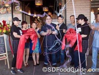 "UniBoil""煮道""小火锅圣地亚哥分店8月27日新张,管理团队和股东们在店门前剪彩。"