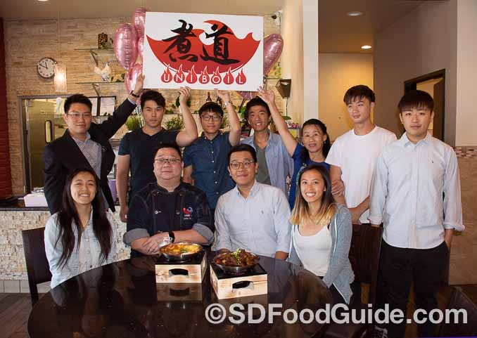 "UniBoil""煮道""小火锅圣地亚哥分店8月27日新张。来自UCSD的年轻支持者和店主、股东们合影。"