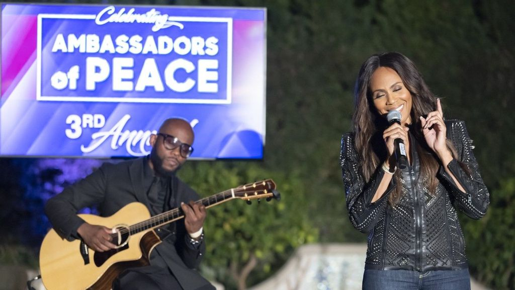 Canadian singer, songwriter, actress, and record producer Deborah Cox performs at event honoring this year's Ambassadors of Peace, in Beverly, Hills, California. (Dustin Downing)