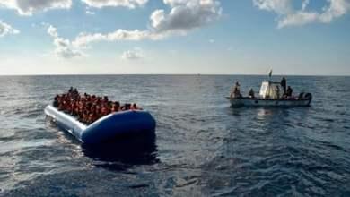عشرات المهاجرين بعد انقلاب قاربهم قبالة سواحل ليبيا