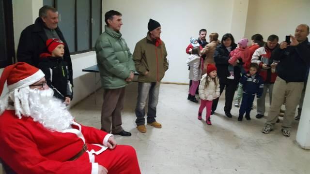 Традиција је настављена: Новогодишњи пакетићи за децу у Бановцима