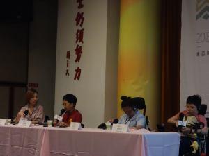 三位兒童與談人與主持人滕西華坐在長桌後輪流發言,兩位與談人為輪椅使用者