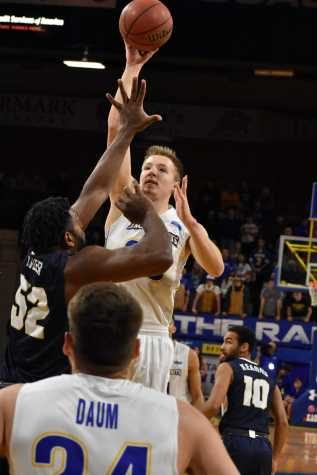 Jacks gain sole possession of first place in Summit League