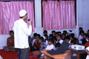 Kepala sekolah memberi arahan dan sambutan sebelum acara motivasi dari Embun Pagi