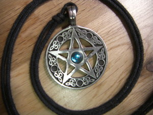 Bild på pentakelsmycke, buret av många wiccaner, lånad från Wikipedia