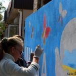 Ученики школ Геническа украсили бетонную стену «черного пиара» патриотическими рисунками