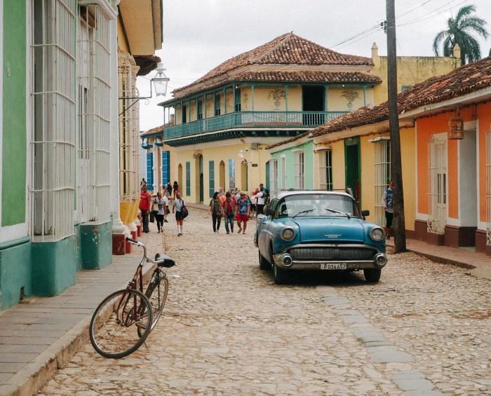 vieille voiture américaine roulant à trinidad