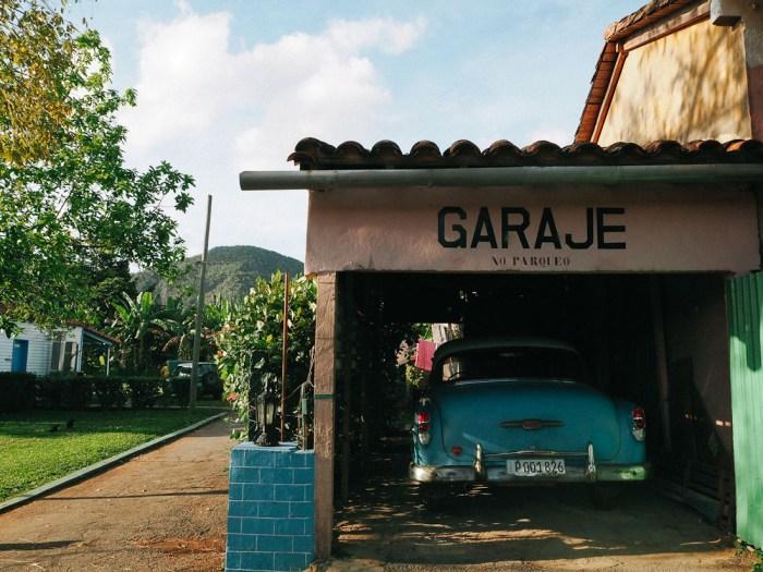 garage et voiture vintage à vinales cuba