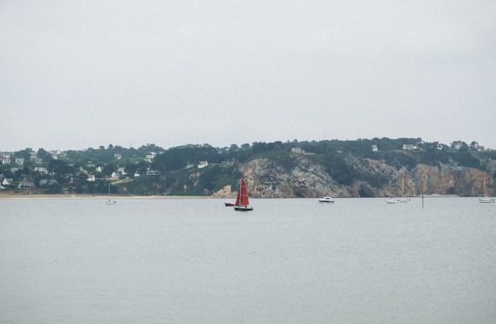voilier rouge sur l'eau