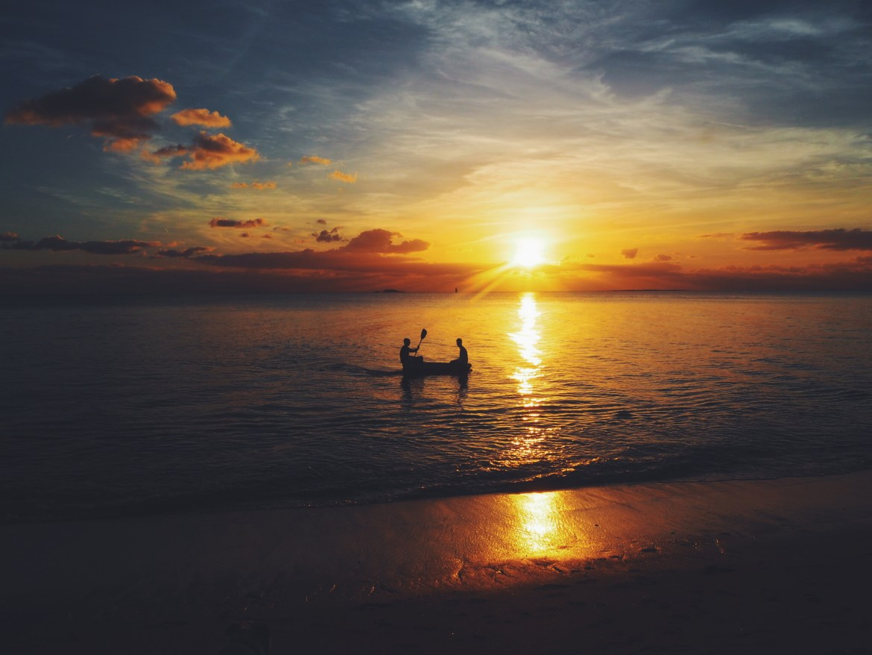 coucher soleil barque sur la mer