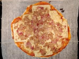 Pizza de atún y bacon después del horneado