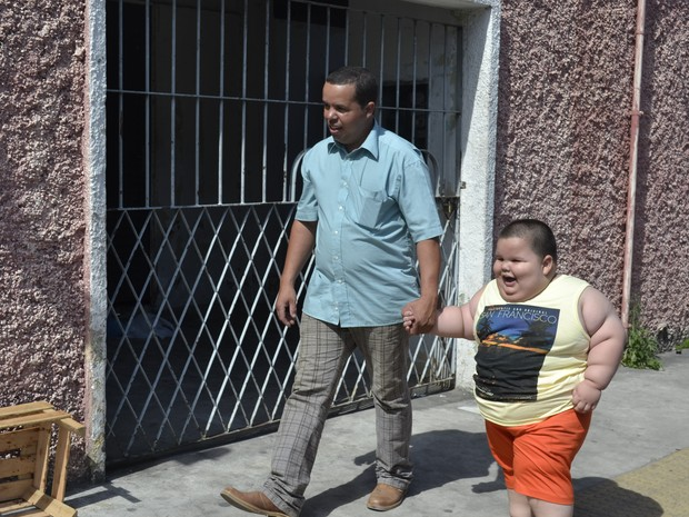 Menino de três anos que pesa 70 kg passa por exame em Vitória