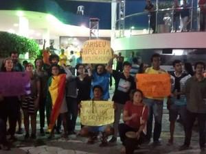 Ativistas protestam contra o pastor Silas Malafaia, em frente à Igreja Missão Praia da Costa