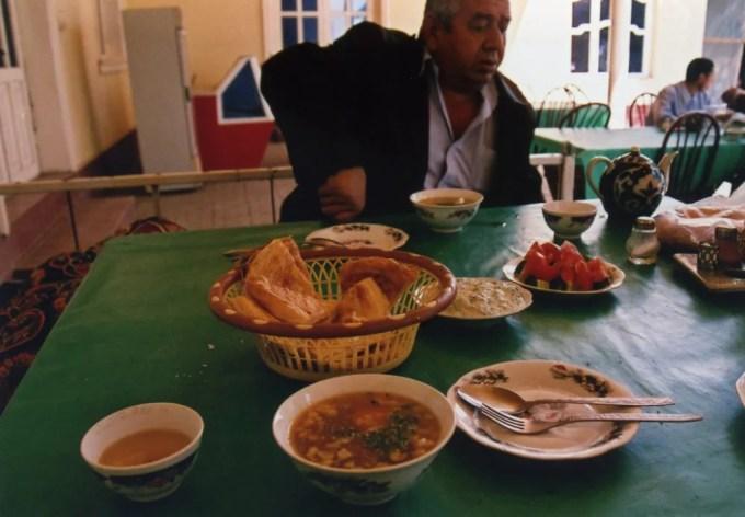 タクシーの運ちゃんと途中の食堂で食事【ウズベキスタン(ギジュドゥヴァン)】
