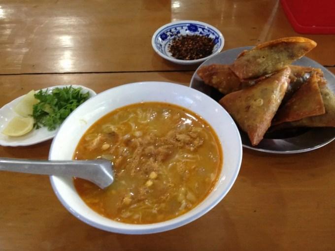 ニャウンウーのローカル食堂でモヒンガーを食べる【ミャンマー(ニャウンウー)】