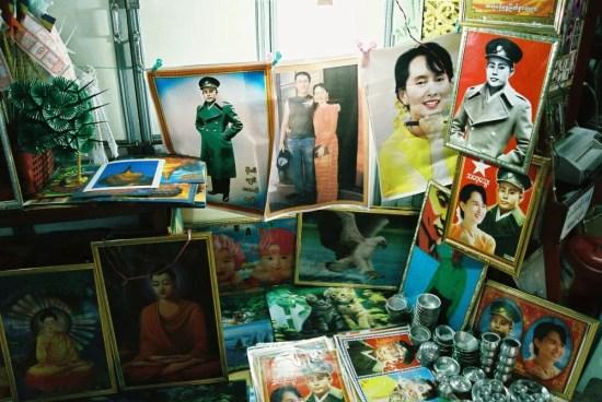 「シュエダゴォン・パヤー」参道で売られていたスーチーの写真 【ヤンゴン】