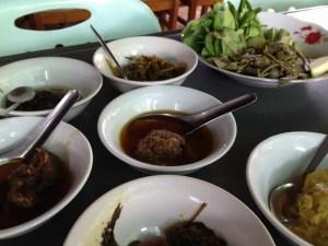 昼飯はミャンマー料理のカレー数種